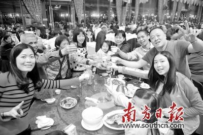 广州陈氏家族延续聚餐传统 70多人团聚过新年